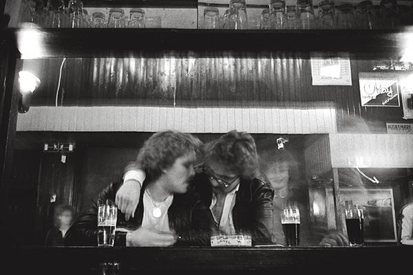1986. Sigis Kalei, gegenüber dem Hauptbad in Essen. Wo man sich traf und damit die, die man für Seinesgleichen hielt. Platten und Sorgen werden heruntergespielt, letztere, indem man sie hinunterspült.