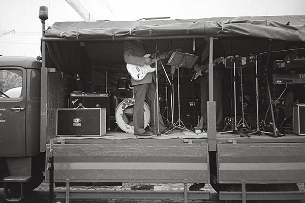 Das Technische Hilfswerk feiert in Duisburg 1983. Ein musikalischer Logistik-Trupp rettet aus möglicher Eintönigkeit. Die Gitarre »gently weeps«, ein wenig kopflos.