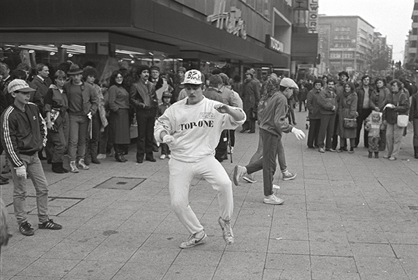 Breakdancer in der Essener City 1985. Im Jahr 1969 war das ur-amerikanisch und hieß »B-Boying«. Die Anfänge waren noch sehr kriminell. Diese innerstädtische Vorstellung fand das Publikum »kriminell gut«.