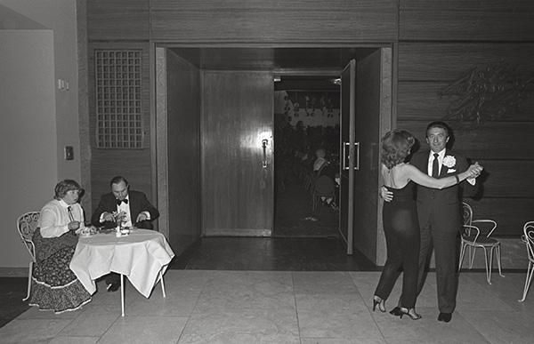 Ball im Saalbau in Essen 1983. Die Besserverdienenden bitten zum Tanz. Jeder zeigt, was er hat und einige zeigen, wen sie haben wollen. Kein Abzappeln, alles nach Regeln. Hier gebietet dem Kultivierten die Tanzschulkultur.