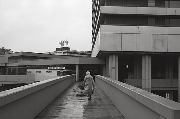 Mülheim, Einkaufszentrum City Center am Hauptbahnhof 1987. Betonierte Konsumfreiheit. Bunt sind nur die Waren und fürs Auge erfreulich. Die Scheine in der Kasse klingeln und läuten so den Alltag ein.