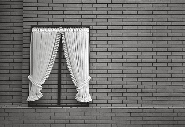 Ein Gardinengeschäft in Duisburg zeigt 1984, was es kann. Da wird aus der tristen Hauswand ein kleines Theater, wo immer nur »Gardine« gespielt wird.