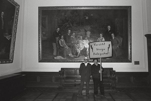 Krupp-Arbeiter aus Rheinhausen nach dem Sturm auf die Essener Villa Hügel am 9. Dezember 1987. Wo die Dynastie regierte, reagiert sie heute mit Arbeitsplatzverlust. Für Kruppianer war das wie Liebesentzug.