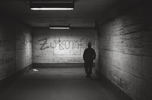 Dunkel ist sie, die Zukunft für Duisburg-Rheinhausen. Im Jahr 1987 wird die Schließung des Krupp'schen Hüttenwerks beschlossen. 160 Tage härtester Arbeitskampf folgten – vergeblich.