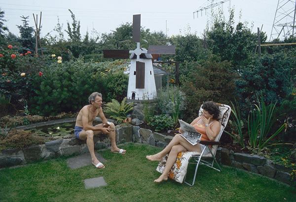 Im Garten in Essen-Karnap 1984. Wo die Welt noch heil ist. Wo stets linder Wind weht, die Seerosen unter dem Hintern erblühen und der Rasen schonend auf Steinplatten betreten wird. Der Rest der Welt steht im Printmedium.
