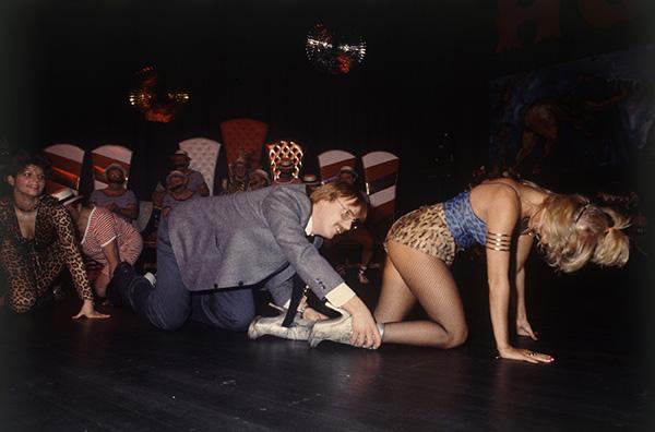 Herrenkarneval in Recklinghausen 1984. Kriechpolonaise. Am Fest des Fleisches dem festen Fleisch hinterher. Wenn der Vordermann eine Frau ist, und nicht die eigene, weiß der Mann von der Ruhr, wo er hingehört.