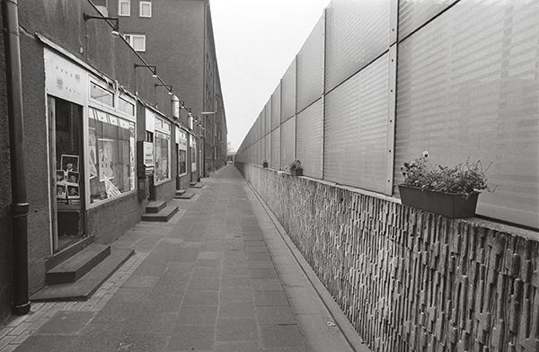 """Lärmschutzwand in Essen-Holsterhausen 1988. Wie man sieht, sieht man nichts vom »Ruhrschnellweg""""«. Dahinter braust der Verkehr oder er steht. Der passende Spruch: »Nur, wenn ich keinen Stau seh`, bin ich am Stausee.«"""