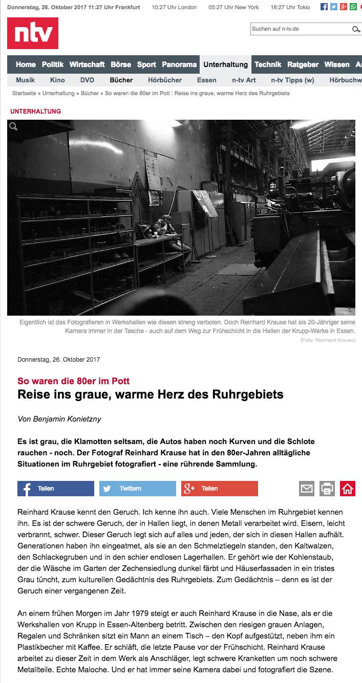 """So waren die 80er im Pott -   Reise ins graue, warme Herz des Ruhrgebiets    Von Benjamin Konietzny     Es ist grau, die Klamotten seltsam, die Autos haben noch Kurven und die Schlote rauchen - noch. Der Fotograf Reinhard Krause hat in den 80er-Jahren alltägliche Situationen im Ruhrgebiet fotografiert - eine rührende Sammlung.    Reinhard Krause kennt den Geruch. Ich kenne ihn auch. Viele Menschen im Ruhrgebiet kennen ihn. Es ist der schwere Geruch, der in Hallen liegt, in denen Metall verarbeitet wird. Eisern, leicht verbrannt, schwer. Dieser Geruch legt sich auf alles und jeden, der sich in diesen Hallen aufhält. Generationen haben ihn eingeatmet, als sie an den Schmelztiegeln standen, den Kaltwalzen, den Schlackegruben und in den schier endlosen Lagerhallen. Er gehört wie der Kohlenstaub, der die Wäsche im Garten der Zechensiedlung dunkel färbt und Häuserfassaden in ein tristes Grau tüncht, zum kulturellen Gedächtnis des Ruhrgebiets. Zum Gedächtnis – denn es ist der Geruch einer vergangenen Zeit.  An einem frühen Morgen im Jahr 1979 steigt er auch Reinhard Krause in die Nase, als er die Werkshallen von Krupp in Essen-Altenberg betritt. Zwischen den riesigen grauen Anlagen, Regalen und Schränken sitzt ein Mann an einem Tisch – den Kopf aufgestützt, neben ihm ein Plastikbecher mit Kaffee. Er schläft, die letzte Pause vor der Frühschicht. Reinhard Krause arbeitet zu dieser Zeit in dem Werk als Anschläger, legt schwere Kranketten um noch schwere Metallteile. Echte Maloche. Und er hat immer seine Kamera dabei und fotografiert die Szene.  Heute ist es sein Lieblingsmotiv aus seiner beeindruckenden Sammlung von über 200 Fotografien, die er vom Ende der 1970er bis Ende der 1980er-Jahre im Ruhrgebiet gemacht hat. """"Das war das allererste Foto, das je von mir publiziert wurde. Es wurde im Folkwang-Museum aufgehängt in einer Ausstellung zum Leben im Ruhrgebiet und wurde sogar bei 'Aspekte' gezeigt"""". Der 20-jährige Reinhard Krause spürte damals, dass mit Fotografie was zu mac"""