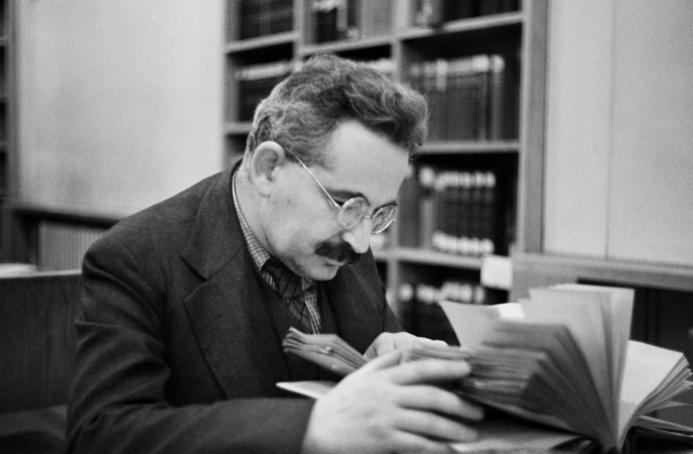 Walter Benjamin leyendo en Biblioteca Nacional de París