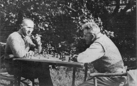 Walter Benjamin jugando ajedrez con Bertolt Brecht en Dinamarca, 1934