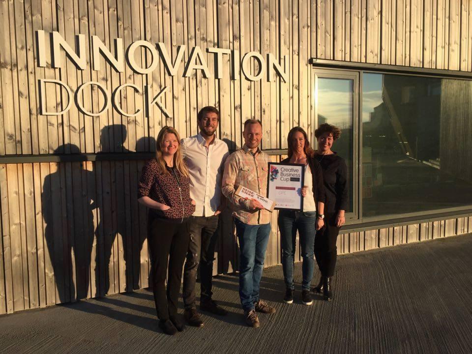 Juryen sammen med vinneren, f.v.: Ingjerd Jevnaker Straand (Halogen), Magnus Øgård Meisal (Innovation Dock), Lars Urheim (Ope), Gry Mak (Innovasjon Norge), Anniken Fjelberg (657 Oslo / Creative Business Cup Norge).