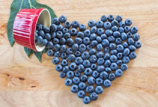 35118814-Сердце-из-свежих-ягод-черники-на-деревянном-столе.jpg