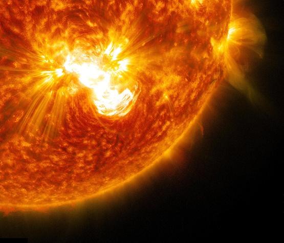 giant-sunspot-major-solar-flare-oct24-2014-close-up.jpg