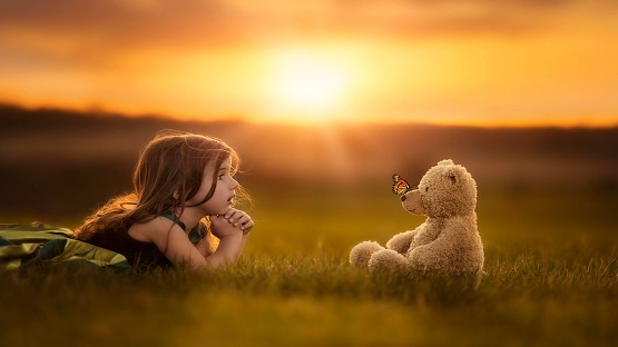 Cute-girl-with-teddy-bear-pictures-sunset-nature-wallpaper.jpg