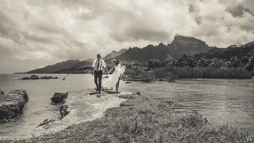 Couple photo shoot into the wild of Moorea