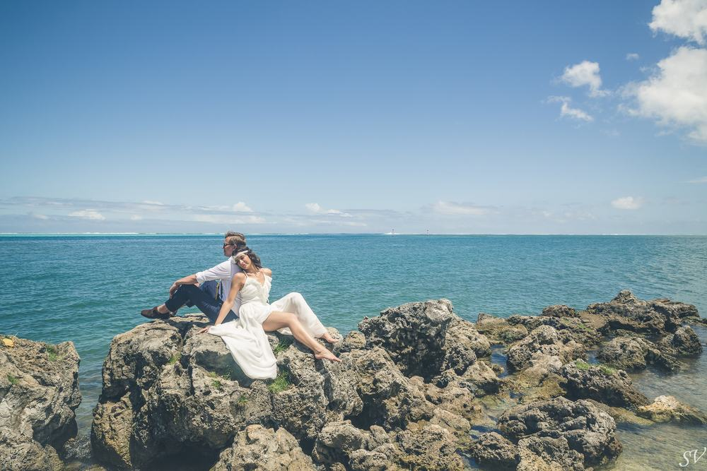 Bride and groom posing into a scenery of Moorea
