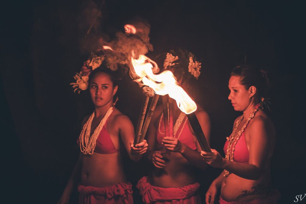Polynesian vahine before their fire dance