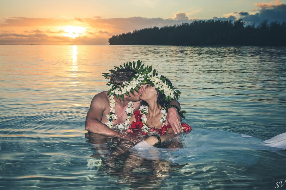 Trash the dress in Polynesia during the sunset