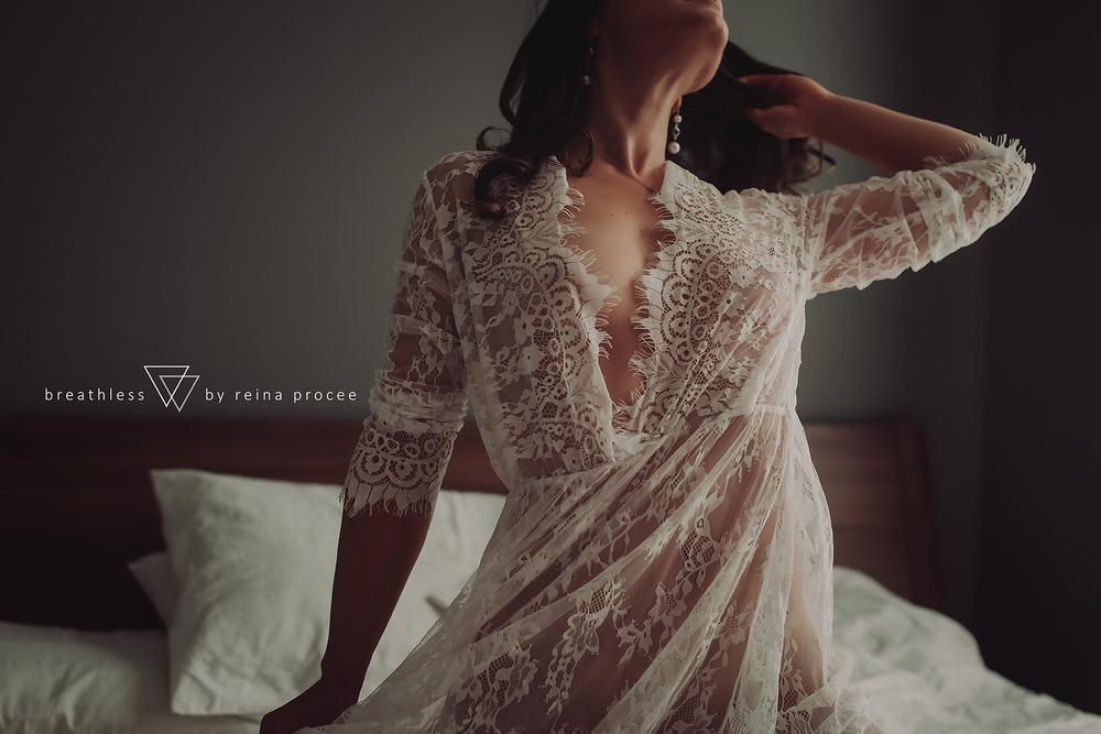 008-breathless-boudoir-montreal-fine-art-lingere-photography-glamour-portrait-portraits-fineart-montrealboudoirphotographer-montrealboudoirphotography.png