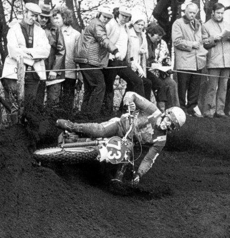 Torsten Hallman .. vintage kickass bar drag. (Check how close the crowd are).