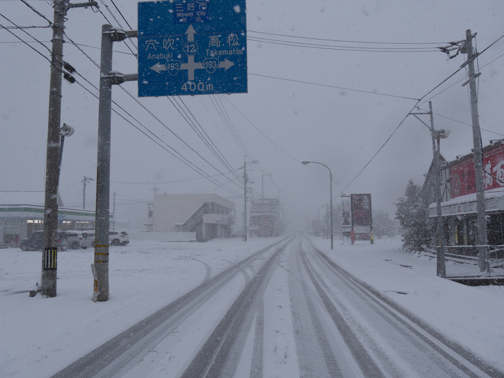 Roads mostly empty due to the snow. 大雪のため車が少なかったです。