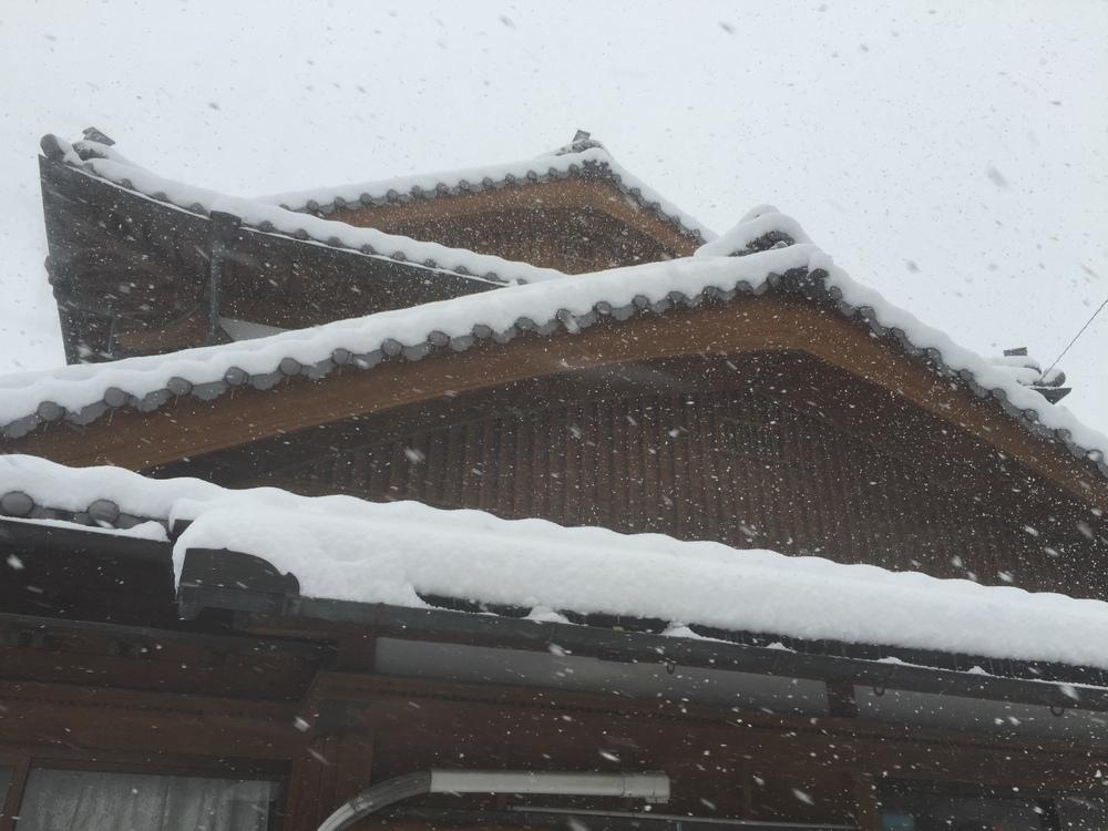 Snow on a Japanese house. 日本の家に積もった雪。
