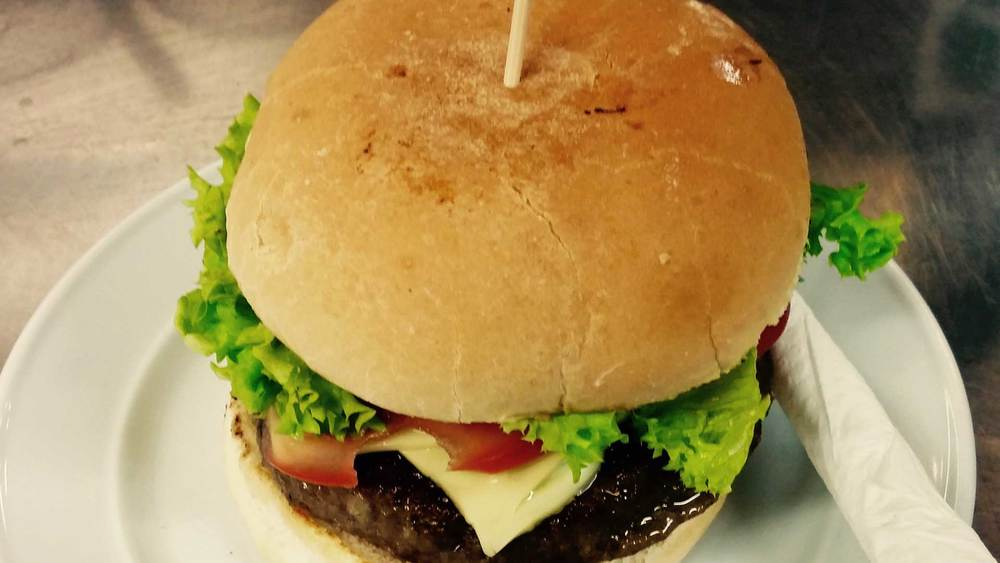 Angus beef burger with relish & aioli