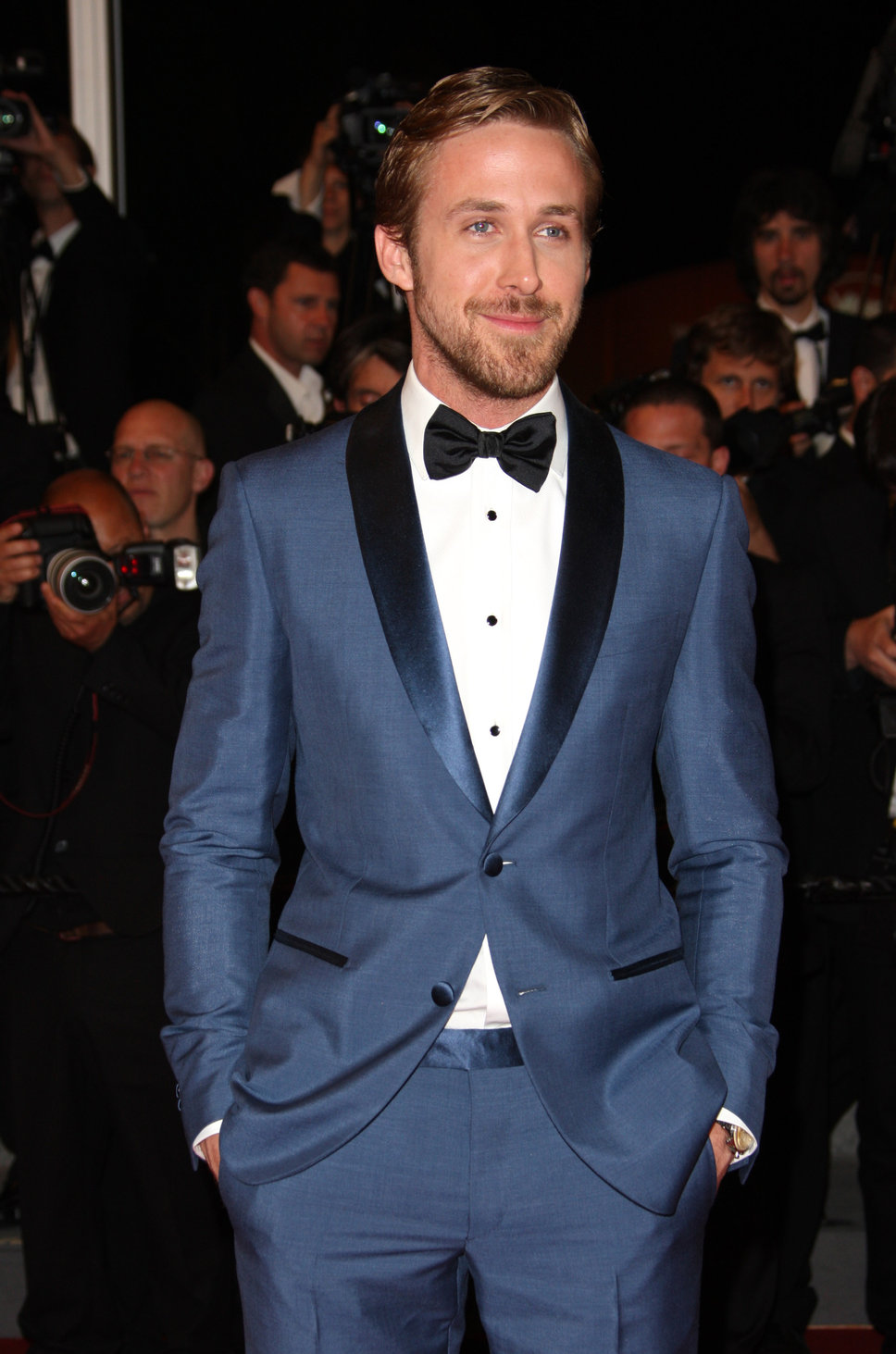 Ryan Gosling lookin' sharp in a navy tux!!