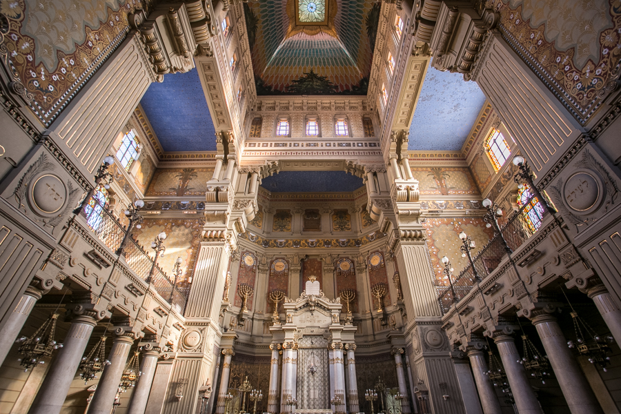 The main sanctuary of the Great Synagogue. Architects designed a square dome to make it distinct from a church.