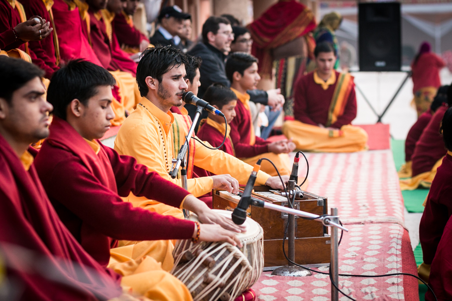There is a rich tradition of Hindu hymns that accompany the Aarti. Harmoniums, flutes, tabla drums, and bells are traditional instruments that accompany the vocal melodies.