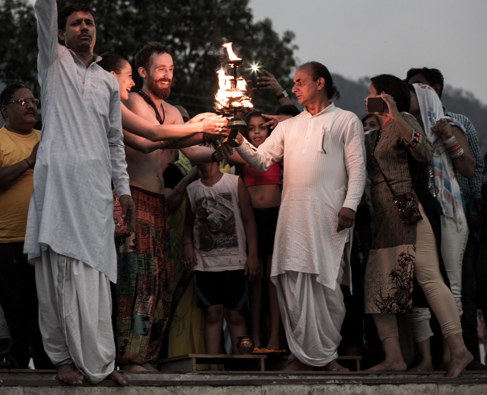 Frities and Amelie participating in a Fire Puja at the banks of the Ganga in Rishikesh.