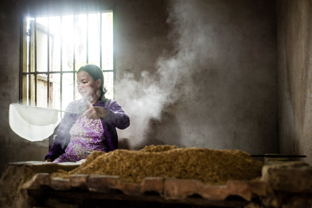 A resident of Kim Bong Village, near Hoi An, making bánh tráng (rice paper).