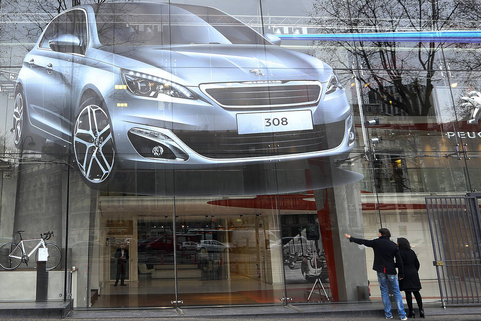 Peugeot Seeks to Reverse China Slump, Wary of 'Brexit'