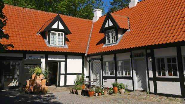 Vadstrup 1771 har keramikværksted og butik i bygningen til venstre. Desuden et flot galleri med Rie Tofts egne værker og skiftende udstillinger.Foto: Johnni Balslev
