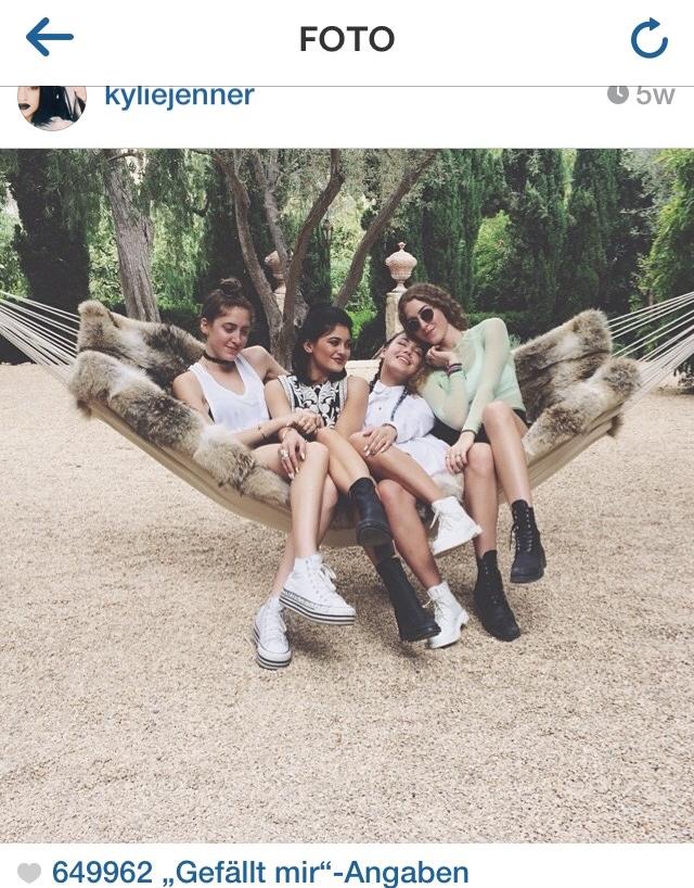 Dank Kylie Jenner weiß ich, wofür ich mein Geld  nicht  ausgeben möchte: eine Hängematte aus Fell und zu große Plateau-Sneaker. Danke Kylie.