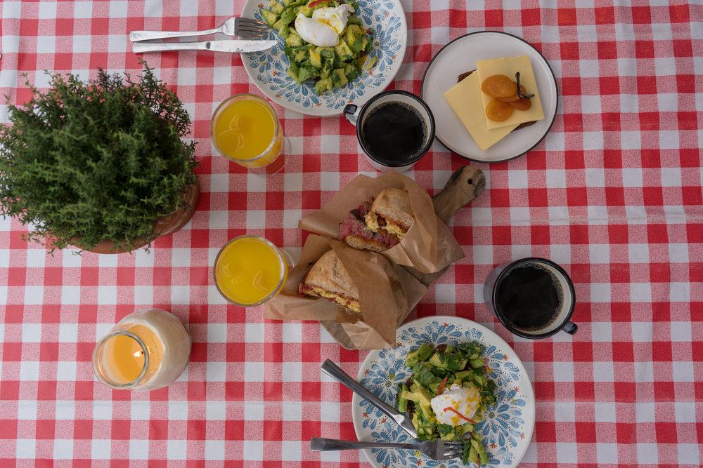 BRUNCH - Grillet rugbrød fra Grannys House, ost fra Arla Unika, italiensk lufttørret skinke, avocado med chili og koriander, omelet på økologiske æg, økologisk skyr fra Thiese, frisk frugt fra Torvehallernes Frugt & Grønt og hjemmelavet pandekager.165 KR.
