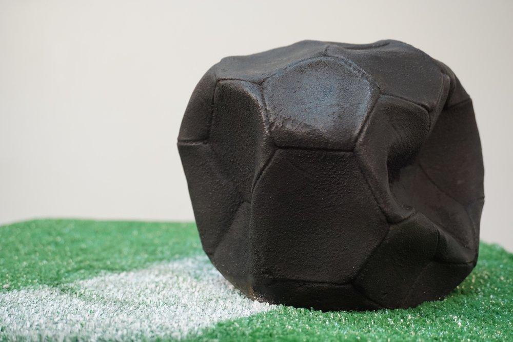 deflation lukas liese skulptur art fusball.jpg