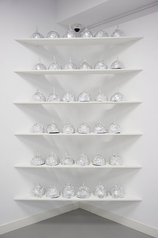 verschwörungstheorie kunst installation lukas liese aluhüte.jpg