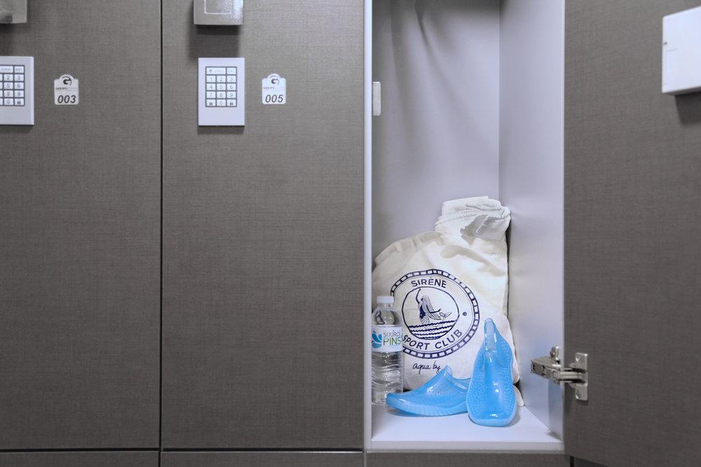 un simple maillot suffit - Une, ou deux pièces, l'important est d'être à l'aise dans votre tenue. Pas besoin de cadenas, vos affaires seront en sécurité dans des casiers à code.Aqua by met à votre disposition serviettes de bain, produits de douche, sèche-cheveux, eau micellaire, déodorants,cotons, élastiques... tout pour que vous puissiez profiter de l'expérience Aqua by à n'importe quel moment de la journée sans vous encombrer.