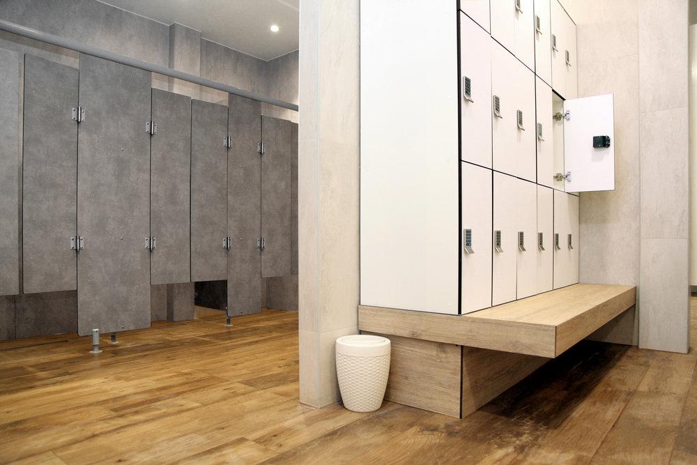 Un aperçu des vestiaires de votre studio d'aquabiking Aqua by
