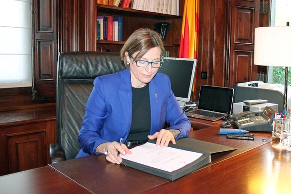 Carme Forcadell signing the proposal of Carles Puigsdemont as First Minister