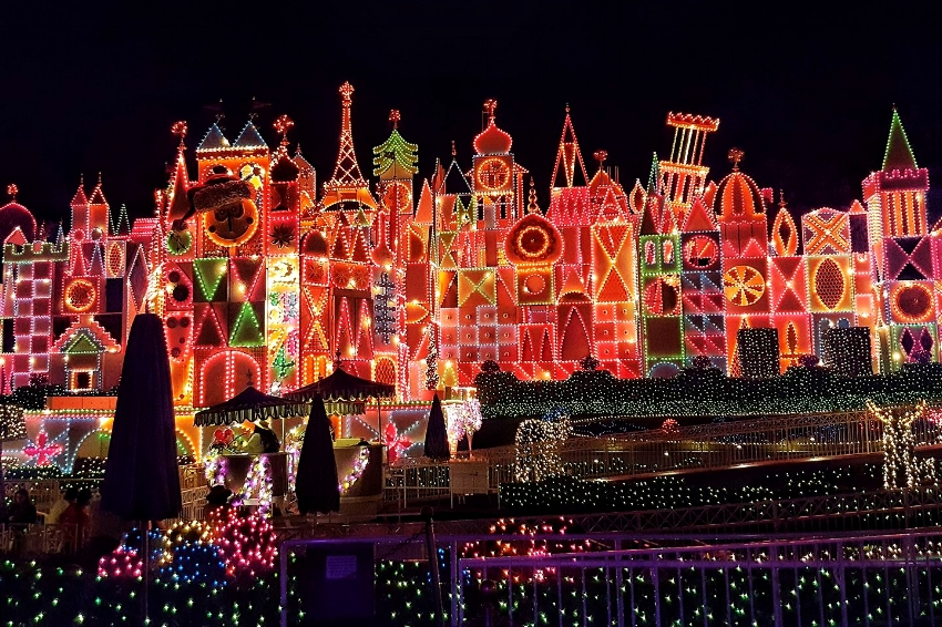 11 best places to see christmas lights this season in for Best places to visit for christmas