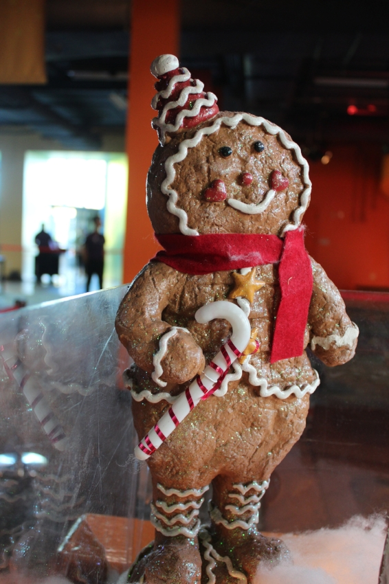 Now that is literally a Gingerbread man, that is some serious skill.....love it!