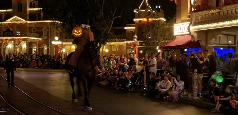 Headless Horseman Rides Again Pre parade makes an appearance in Disneyland during the Halloween party. 8:50 & 10:20