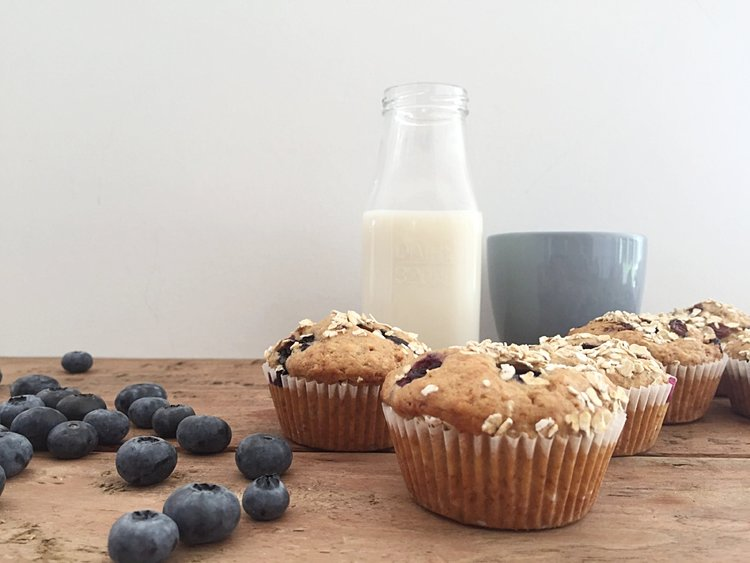 4bfe4210 3 dl hvetemel 2 dl sammalt hvetemel 2 ts bakepulver 1 ts vaniljesukker 1 dl  brunt sukker (kan erstattes med en godt moden banan) 1/4 ts salt 2 egg 2 dl  melk