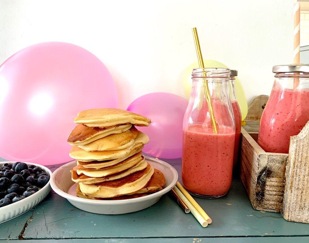 Inviter til pannekakebursdag med smoothie og små, tykke pannekaker på menyen! Foto: Familiematblogg