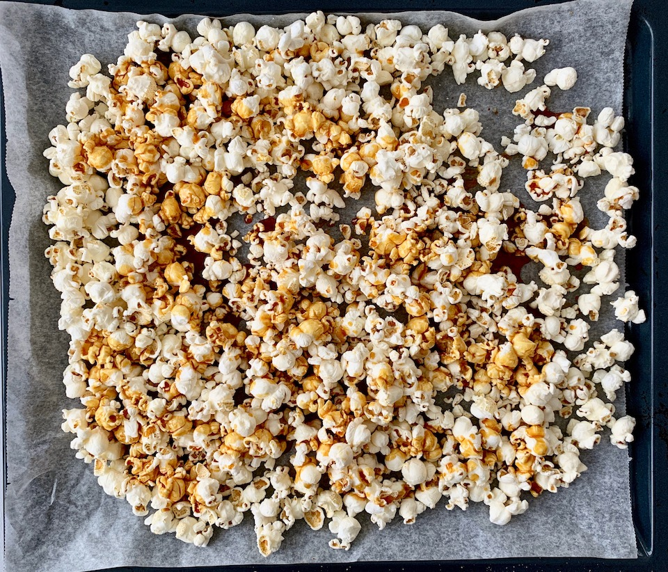 Sukker og popcorn er alt som trengs for å lage karamellpopcorn hjemme.
