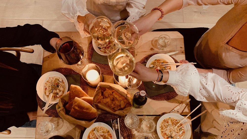 Å samle venninner til mat og prat gir overskudd. Også for verten hvis du ikke legger lista for høyt. Foto: Familiematblogg