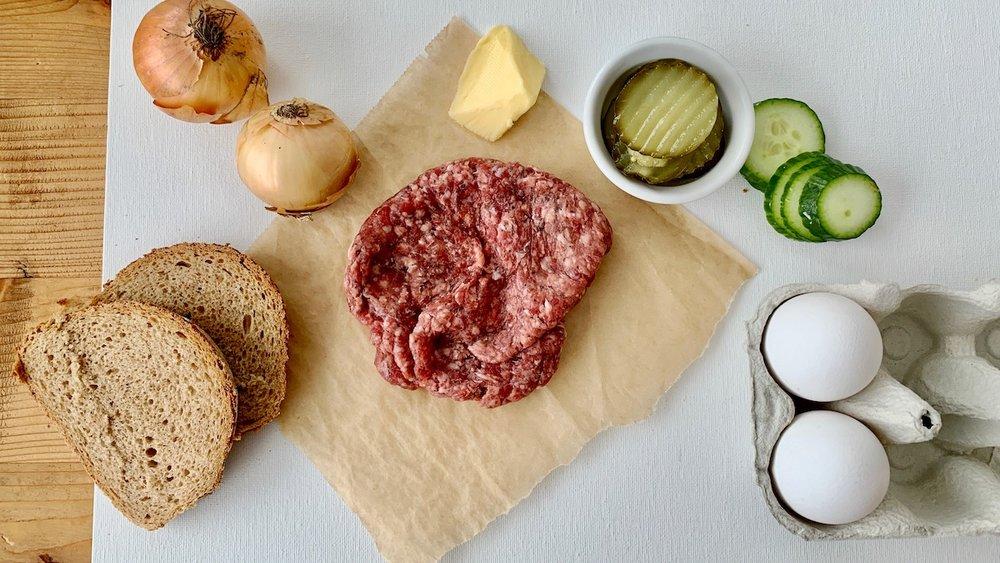 Dette trenger du hvis du skal lage karbonadesmørbrød med stekt løk. Foto: Familiematblogg