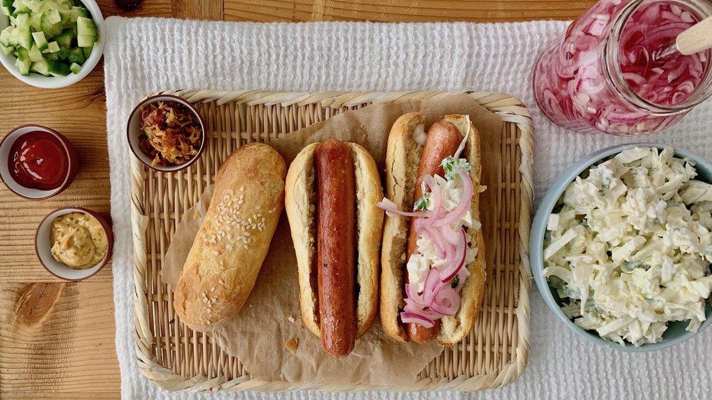 Kvalitetspølser med syltet rødløk, agurksalat og kålsalat er skikkelig snaddermat. Foto: Familiematblogg
